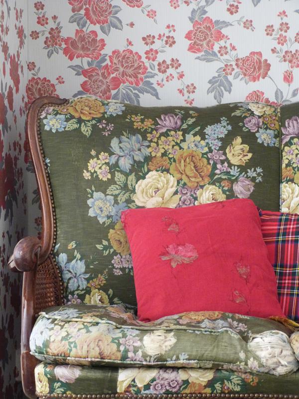 un salon l 39 anglaise avec du papier peint. Black Bedroom Furniture Sets. Home Design Ideas
