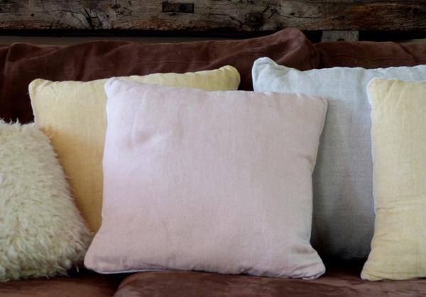 des coussins dans des serviettes de table