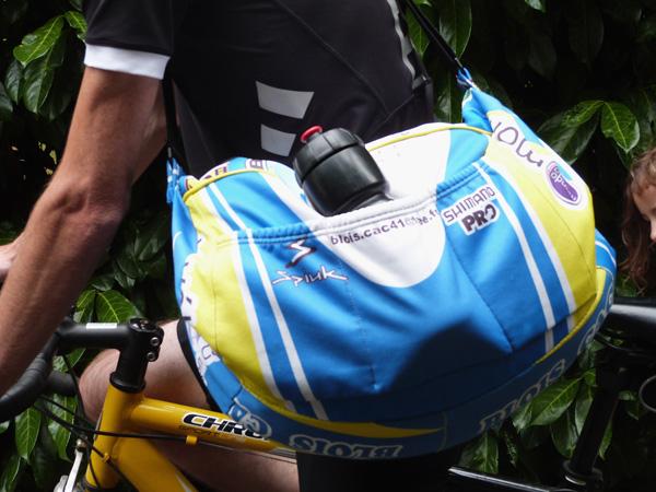 un sac dans une veste de sport
